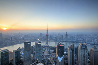 Oriental Pearl Tower and Huangpu River from Jin Mao Tower at Sunset, Lujiazui, Pudong, Shanghai, China 20025320208| 写真素材・ストックフォト・画像・イラスト素材|アマナイメージズ