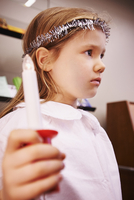 5 year old girl with candle on Santa Lucia Day 20025324027| 写真素材・ストックフォト・画像・イラスト素材|アマナイメージズ