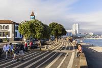 People on the promenade, Ponta Delgada, Sao Miguel, Azores, Portugal 20025324029| 写真素材・ストックフォト・画像・イラスト素材|アマナイメージズ