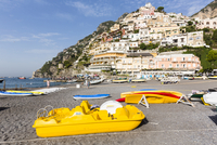 Yellow pedalos on gravel beach, village of Positano on the Amalfi Coast, Campania, Italy 20025324159| 写真素材・ストックフォト・画像・イラスト素材|アマナイメージズ