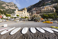 Surf boards on gravel beach in front of the village of Positano with the Church of Santa Maria Assunta, Amalfi Coast, Campania,  20025324160| 写真素材・ストックフォト・画像・イラスト素材|アマナイメージズ