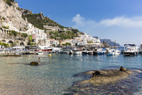 Shallow water and marina at shoreline in front of the town of Amalfi, Amalfi Coast, Gulf of Salerno, Campania, Italy 20025324179| 写真素材・ストックフォト・画像・イラスト素材|アマナイメージズ