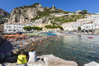 View of the beach and people swimming at Amalfi with the Lattari Mountains in the background, Province of Salerno, Amalfi Coast, 20025324183| 写真素材・ストックフォト・画像・イラスト素材|アマナイメージズ