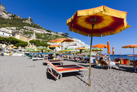 Colorful sun umbrellas and lounge chairs on the beach, Amalfi, Province of Salerno, Amalfi Coast, Campania, Italy 20025324186| 写真素材・ストックフォト・画像・イラスト素材|アマナイメージズ