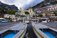 Boats on the beach in front of the Church of Santa Maria Assunta at dusk, Positano, Amalfi Coast, Province of Salerno, Campania, 20025324191| 写真素材・ストックフォト・画像・イラスト素材|アマナイメージズ