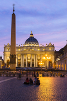 People sitting on the square in front of St Peter's Basilica illuminated at dusk, Vatican City, Rome, Italy 20025324227| 写真素材・ストックフォト・画像・イラスト素材|アマナイメージズ