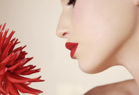 Extreme close up of young beautiful woman inhaling red dahlia 20025324340  写真素材・ストックフォト・画像・イラスト素材 アマナイメージズ