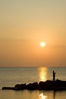Fisherman at sunrise 20025325193  写真素材・ストックフォト・画像・イラスト素材 アマナイメージズ