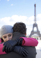 Close up of a couple hugging in front of the Eiffel Tower 20025325386| 写真素材・ストックフォト・画像・イラスト素材|アマナイメージズ