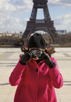 Woman taking a photo in front of the Eiffel Tower 20025325387| 写真素材・ストックフォト・画像・イラスト素材|アマナイメージズ