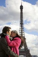 Couple kissing in front of the Eiffel Tower 20025325398| 写真素材・ストックフォト・画像・イラスト素材|アマナイメージズ