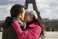 Couple kissing in front of the Eiffel Tower 20025325399| 写真素材・ストックフォト・画像・イラスト素材|アマナイメージズ