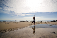 Back view of a woman practicing yoga on a beach 20025325401  写真素材・ストックフォト・画像・イラスト素材 アマナイメージズ