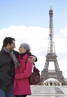 Couple hugging in front of the Eiffel Tower 20025325406| 写真素材・ストックフォト・画像・イラスト素材|アマナイメージズ