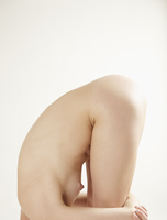 Profile of a nude woman bending over her knees, headless 20025325484| 写真素材・ストックフォト・画像・イラスト素材|アマナイメージズ