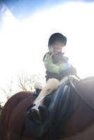 Young girl riding a horse, low angle view 20025325496| 写真素材・ストックフォト・画像・イラスト素材|アマナイメージズ