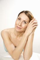 Close up portrait of a woman 20025325538  写真素材・ストックフォト・画像・イラスト素材 アマナイメージズ