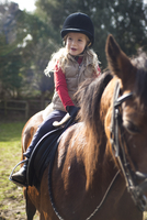 Young girl riding a horse 20025325556| 写真素材・ストックフォト・画像・イラスト素材|アマナイメージズ