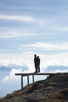 Two Men Standing on Viewing Platform 20025325639| 写真素材・ストックフォト・画像・イラスト素材|アマナイメージズ