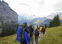 Group of Hikers Descending into Lauterbrunnen Valley 20025325669| 写真素材・ストックフォト・画像・イラスト素材|アマナイメージズ