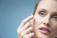 Woman Applying Moisturizing Cream on her Face 20025325719  写真素材・ストックフォト・画像・イラスト素材 アマナイメージズ