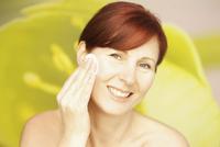 Smiling Woman Using Cotton Pad on Face 20025325725| 写真素材・ストックフォト・画像・イラスト素材|アマナイメージズ