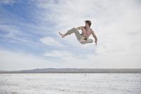 Man Mid Air Practicing Martial Arts Outdoors 20025325744| 写真素材・ストックフォト・画像・イラスト素材|アマナイメージズ