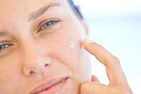 Woman Applying Moisturizing Cream on Face, Close-up view 20025325753  写真素材・ストックフォト・画像・イラスト素材 アマナイメージズ