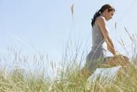 Woman Stretching Legs Outdoors 20025325755| 写真素材・ストックフォト・画像・イラスト素材|アマナイメージズ