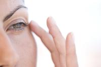Extreme Close-up of Woman Touching Corner of her Eye 20025325769  写真素材・ストックフォト・画像・イラスト素材 アマナイメージズ