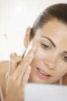 Woman Applying Concealer under Eyes 20025325841  写真素材・ストックフォト・画像・イラスト素材 アマナイメージズ