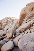 Man Free Running on Boulders 20025325889| 写真素材・ストックフォト・画像・イラスト素材|アマナイメージズ