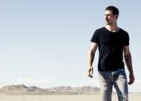 Man Walking in Desert Landscape 20025325890| 写真素材・ストックフォト・画像・イラスト素材|アマナイメージズ