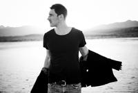 Man Taking Off Jacket in Desert Landscape 20025325893| 写真素材・ストックフォト・画像・イラスト素材|アマナイメージズ