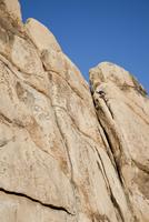 Man Climbing Rock Face 20025325894| 写真素材・ストックフォト・画像・イラスト素材|アマナイメージズ