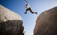 Man Leaping between Two Boulders 20025325895| 写真素材・ストックフォト・画像・イラスト素材|アマナイメージズ