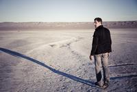 Man Walking in Desert Landscape 20025325899| 写真素材・ストックフォト・画像・イラスト素材|アマナイメージズ