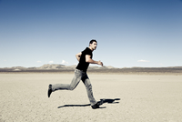 Man Running in Desert Landscape 20025325900| 写真素材・ストックフォト・画像・イラスト素材|アマナイメージズ