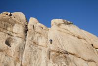 Man Climbing Rock Face 20025325902| 写真素材・ストックフォト・画像・イラスト素材|アマナイメージズ