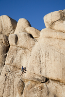 Man Climbing Rock Face 20025325906| 写真素材・ストックフォト・画像・イラスト素材|アマナイメージズ