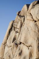 Man Climbing Rock Face 20025325907| 写真素材・ストックフォト・画像・イラスト素材|アマナイメージズ