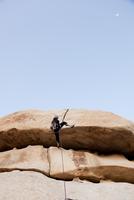 Man Climbing Rock Face 20025325909| 写真素材・ストックフォト・画像・イラスト素材|アマナイメージズ