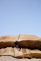 Man Climbing Rock Face 20025325917| 写真素材・ストックフォト・画像・イラスト素材|アマナイメージズ