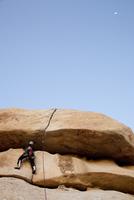 Man Climbing Rock Face 20025325918| 写真素材・ストックフォト・画像・イラスト素材|アマナイメージズ