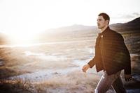 Man Walking in Desert Landscape 20025325926| 写真素材・ストックフォト・画像・イラスト素材|アマナイメージズ