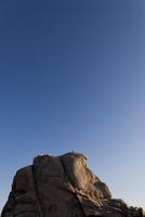 Rock Climbers Abseiling Boulder 20025325928| 写真素材・ストックフォト・画像・イラスト素材|アマナイメージズ