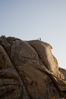 Rock Climbers Preparing to Abseil Boulder 20025325938| 写真素材・ストックフォト・画像・イラスト素材|アマナイメージズ