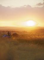Campers at Sunset 20025326087| 写真素材・ストックフォト・画像・イラスト素材|アマナイメージズ