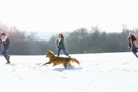 Teenage Girls and Dog Running in Snow 20025326097| 写真素材・ストックフォト・画像・イラスト素材|アマナイメージズ