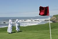 Men walking on golf course,rear view 20025326371| 写真素材・ストックフォト・画像・イラスト素材|アマナイメージズ